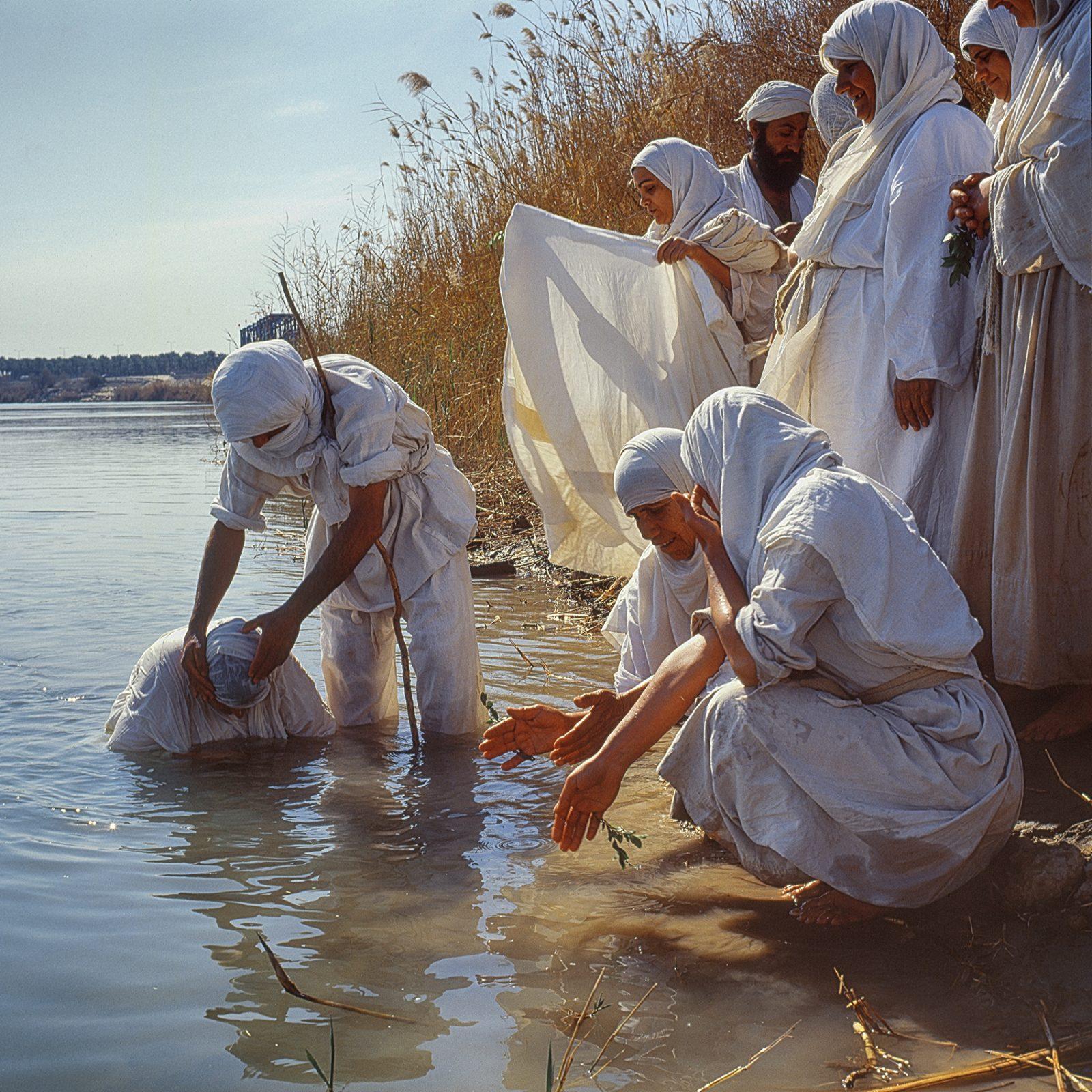 Baptême des Mandéens dans le Tigre à Bagdad